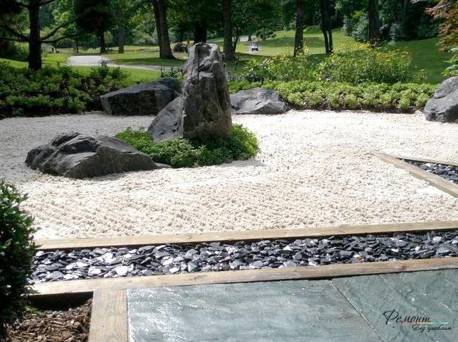 Чорні камені в саду