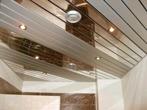 Фото - Огляд вибори рейкової стелі, і власноручний установка у ванній кімнаті