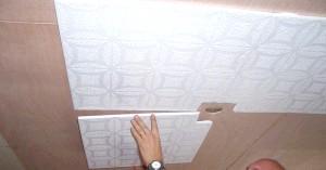 Фото - Дізнайтеся, як наклеїти плитку для стелі, і який клей для цього потрібен