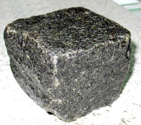 Гранит, из которого изготавливается брусчатка, -очень прочный и долговечный материал