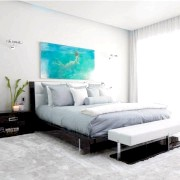 Світла спальна кімната