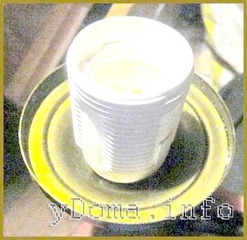 Електричний патрон з безгвинтовими контактними зажимами засувками закріплений на люстрі.