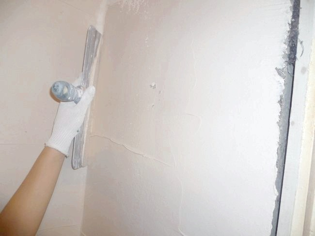 Фото - Шпаклівка стін і стелі: підготовка основи і техніка нанесення матеріалу