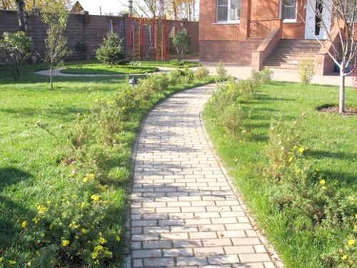 Фото - Будівництво садових доріжок: форми, види, практичні рекомендації