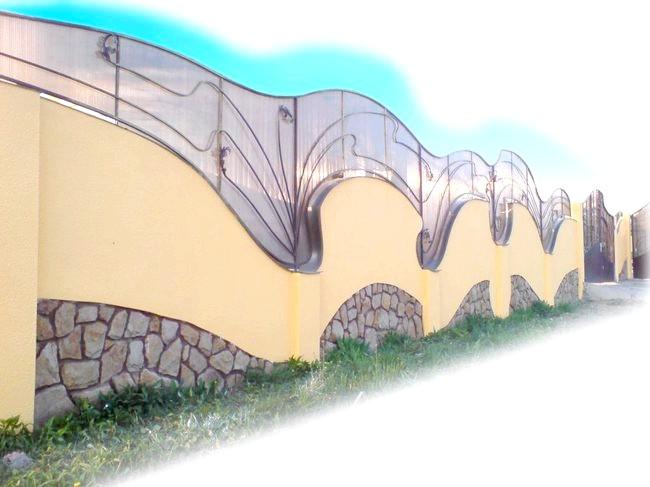 Фото - Будівництво паркану з профнастилу зі стовпами із цегли