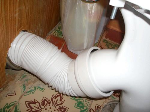Фото - Як усунути протікання гофрованої труби унітазу?