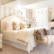 Біла ліжко в спальні