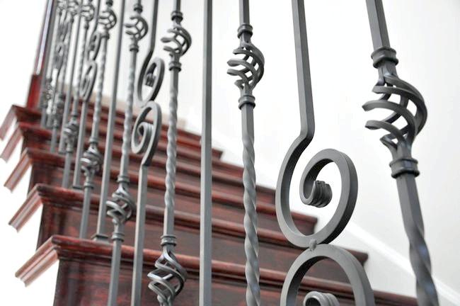 Фото - Незламна краса: особливості металевих балясин
