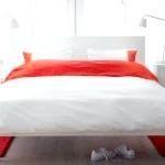 Червоні акценти у білій спальні