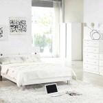 Біла спальня з чорною графікою