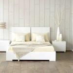 Фото спальні в білому з пісочним вкрапленнями