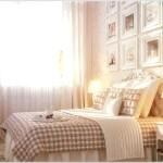 Бежева спальня з картинами