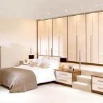 Сучасна спальня в бежевому кольорі