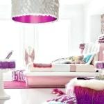 Біла спальня з фіолетовою меблями