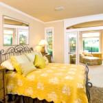 Спальня в пісочно-жовтому кольорі