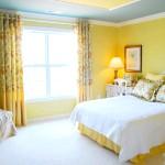 Класична спальня в жовтому і оранжевому кольорі