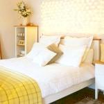 Спальня в жовтому світлі