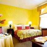 Спальня в темно-жовтому кольорі