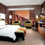 Колоритна коричнева спальня