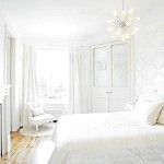 Біла спальня з сріблястими шпалерами