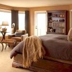 Традиційна спальня в коричневому кольорі