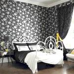 Чорно-біла спальня з квітковим візерунком на стіні
