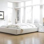Спальня в білому кольорі з ламінатовимі статями