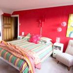 Молодіжна спальня в червоному кольорі