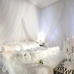 Фото білої спальні з чорними аксесуарами