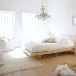 Біла спальня з золотистою меблями