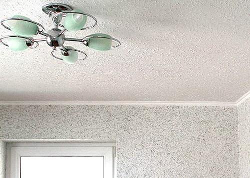 Фото - Особливості обробки стелі в кухні