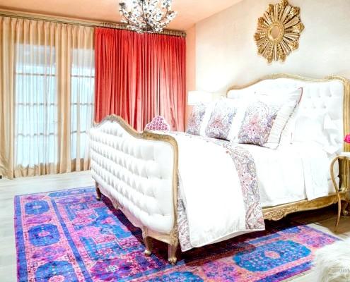 Червоні штори в марокканській спальні