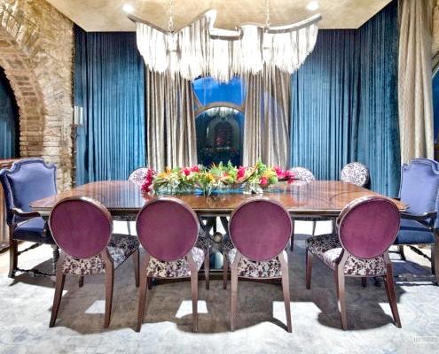 Пурпурні стільці навколо столу