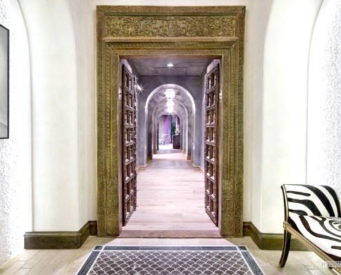 Дерев'яна різьблена арка в коридорі