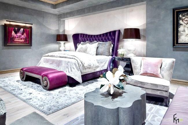 Яскраво-рожевий пуф біля ліжка