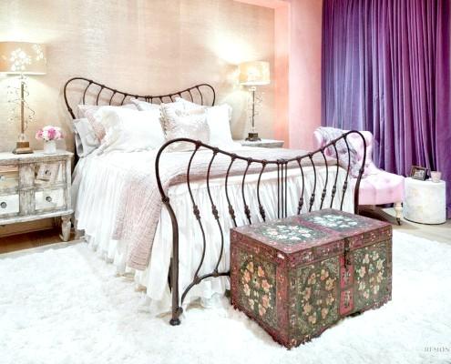 Писаний скриню в спальні