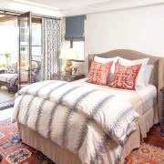 Спальня з великим вікном фото
