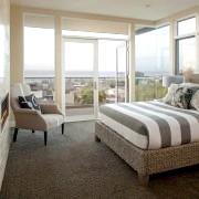 Спальня з великим вікном