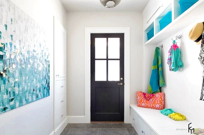 Фото - Сучасний дизайн вхідних дверей - вид зсередини приміщення
