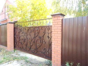 Фото - Будуємо і прикрашаємо паркани для дачі з профнастилу та інших матеріалів