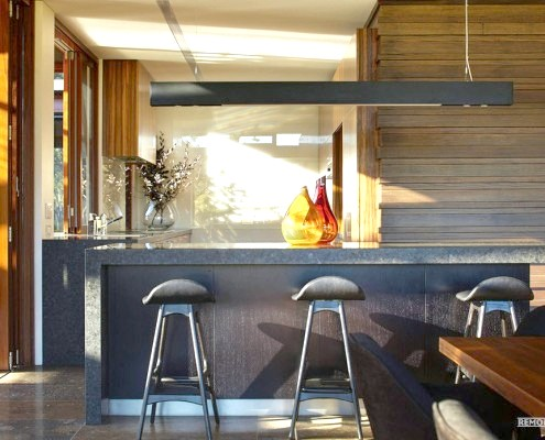 Дві скляні колби на столі в кухні
