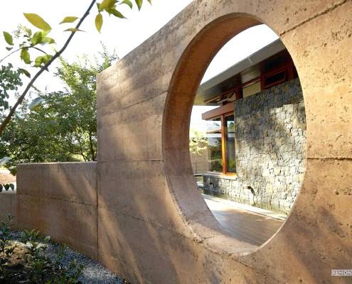 Кругла діра в стіні